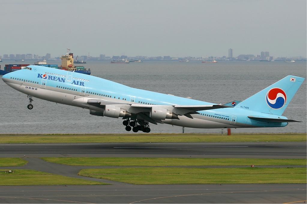Korean Air Boeing 747-400.
