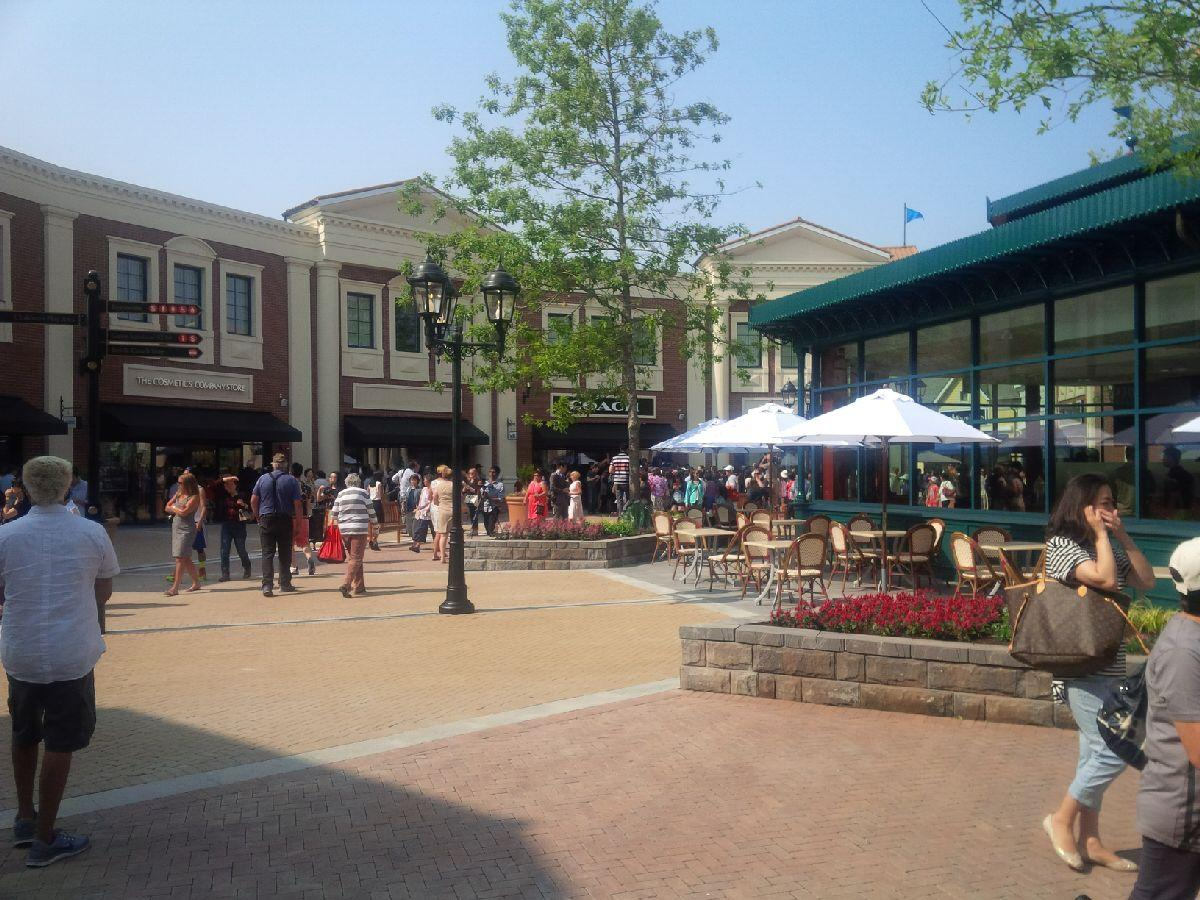 open luxury piazza and a variety of facades create a friendly shopping
