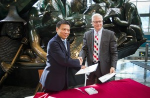 (Left to Right) Mr. Jing Yiming, president, Shanghai Airport Authority, and Craig Richmond, president & CEO, Vancouver Airport Authority, sign a Memorandum of Understanding on Cooperation, designed to reinforce ties between British Columbia and China.
